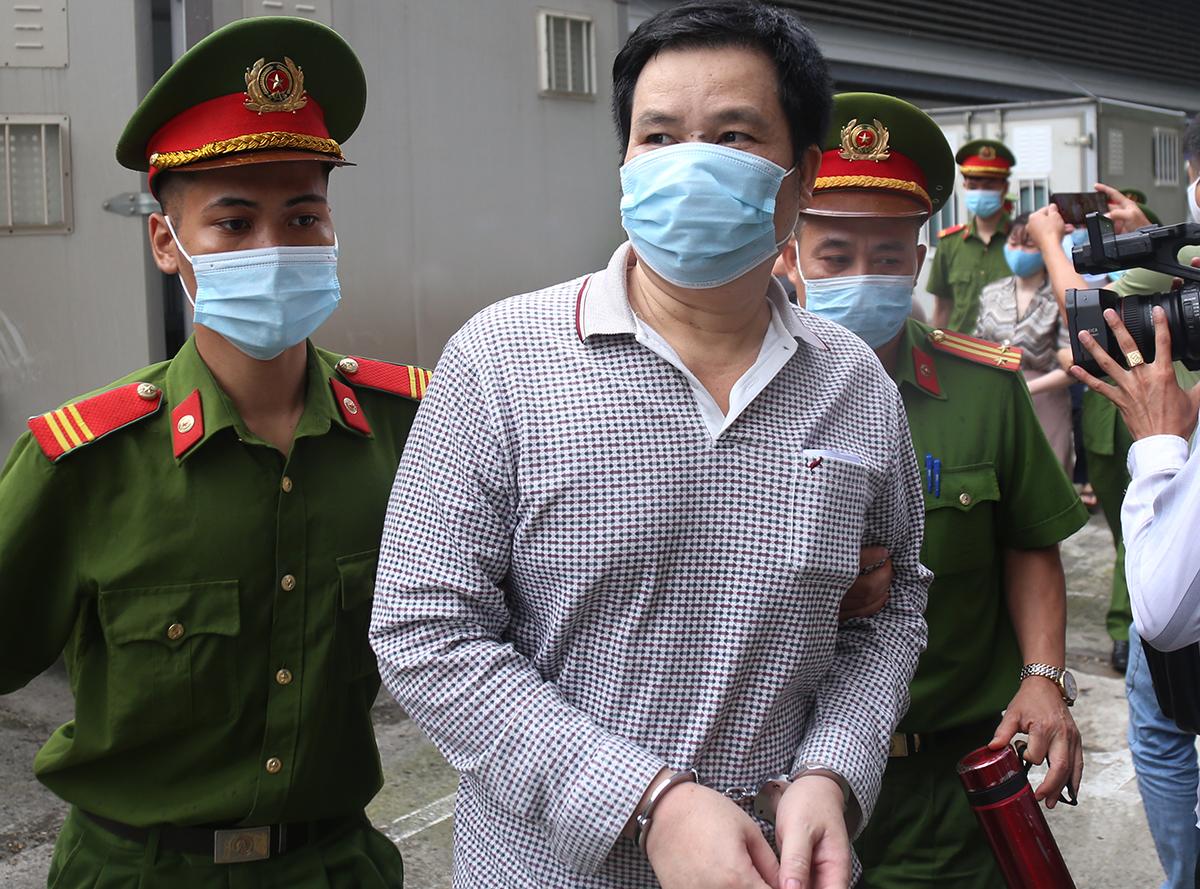 14 trên 15 bị cáo trong vụ án bị tạm giam. Ảnh: Phạm Dự.
