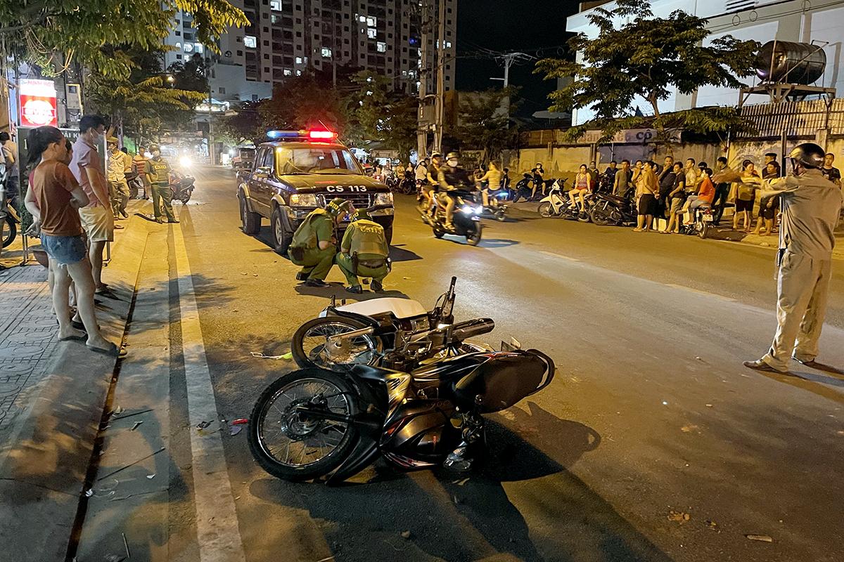 Hiện trường nổ súng trước quán cà phê, khiến một phụ nữ bị thương, tối 3/5. Ảnh: Xuân Ngọc.