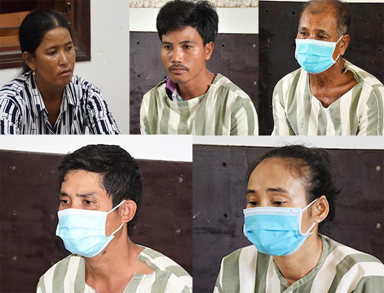 Thạch Chiết (bìa phải, hàng trên) cùng bốn người con tại cơ quan điều tra. Ảnh: Châu Thành