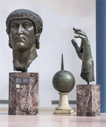 Đầu, tay trái và quả cầu của tượng Constantinus Đại đế trong bảo tàng Capitoline. Ảnh: Zeno Colantoni/Musei Capitolini.