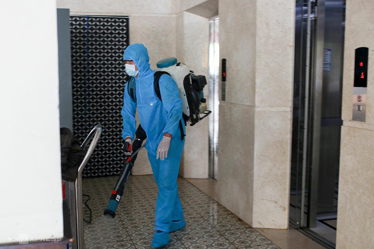 Nhân viên y tế phun khử khuẩn các địa điểm có ca mắc Covid-19 từng ghé đến, ngày 3/5. Ảnh: Nguyễn Đông.