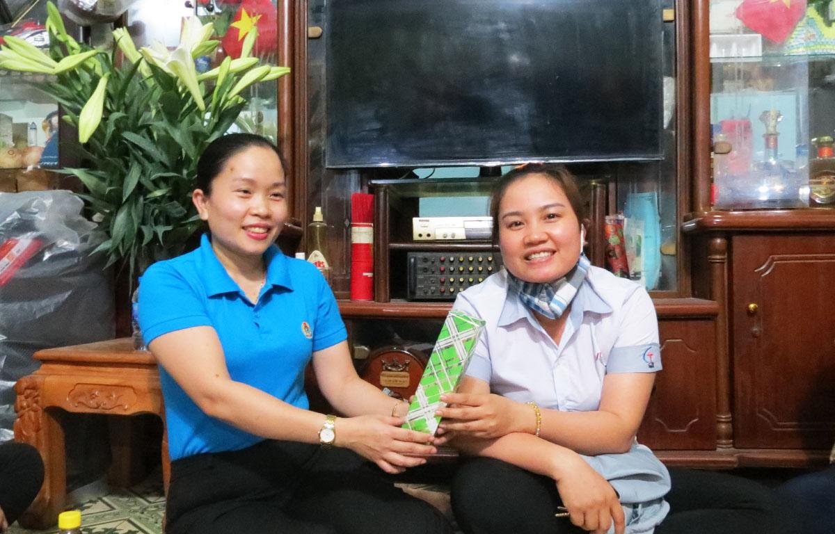 Chị Hồ Thị Thương tặng phần quà động viên công nhân trong buổi tư vấn. Ảnh: Lê Tuyết.