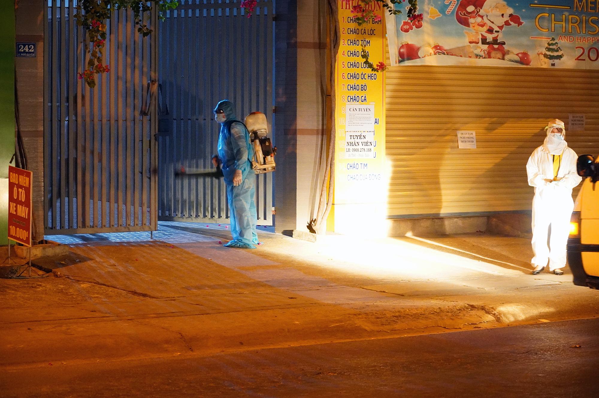 Nhân viên y tế phun xịt khử khuẩn xung quanh nhà của người phụ nữ nghi nhiễm nCoV. Ảnh: Phước Tuấn