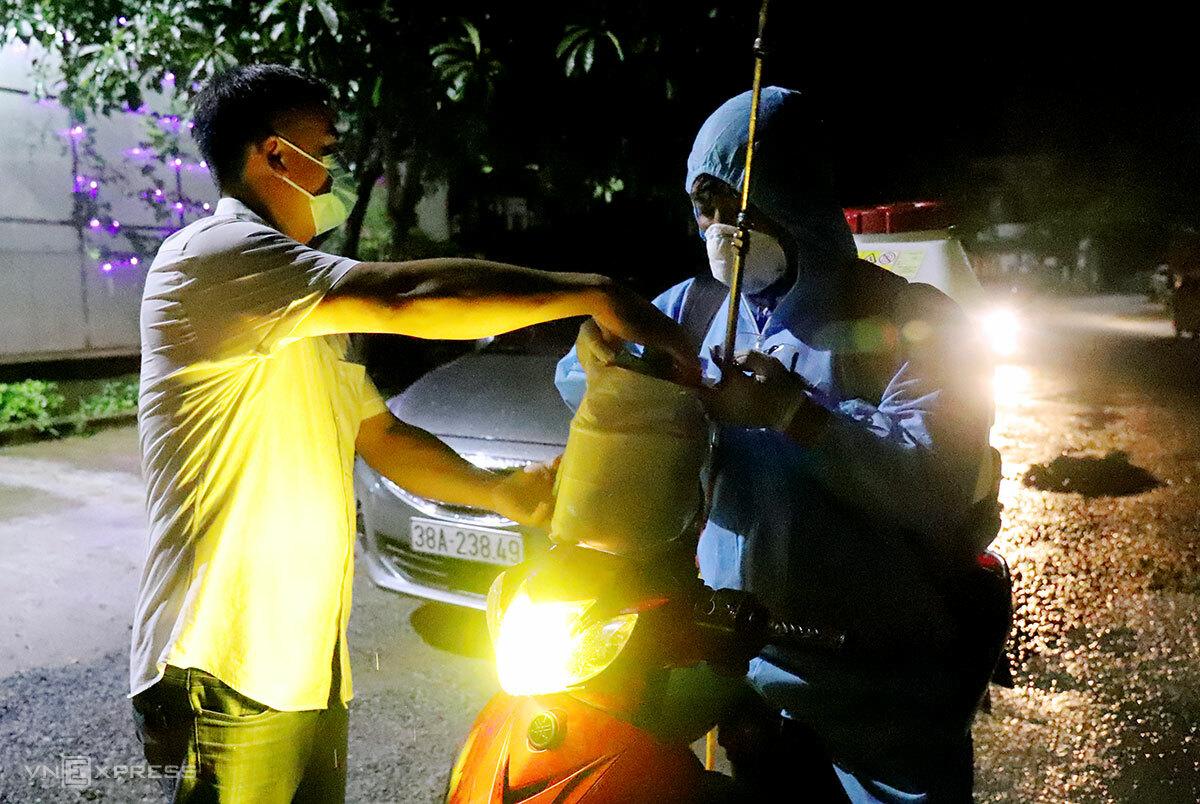Lực lượng chức năng đi phun khử khuẩn thôn Việt Yên trong đêm. Ảnh: Đức Hùng