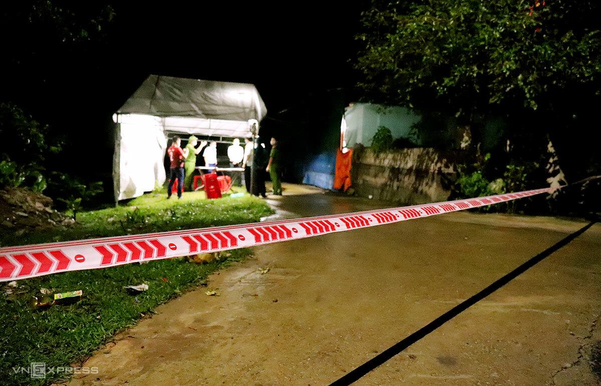 Lối ra vào nhà nữ bệnh nhân 32 tuổi ở thôn Việt Yên, xã Việt Tiến bị phong tỏa lúc 22h30. Ảnh: Đức Hùng