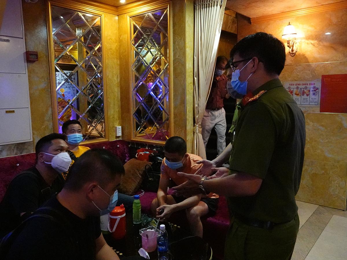 Nhiều người nước ngoài ở các phòng karaoke được yêu cầu lấy mẫu xét nghiệm. Ảnh: Đinh Sự.