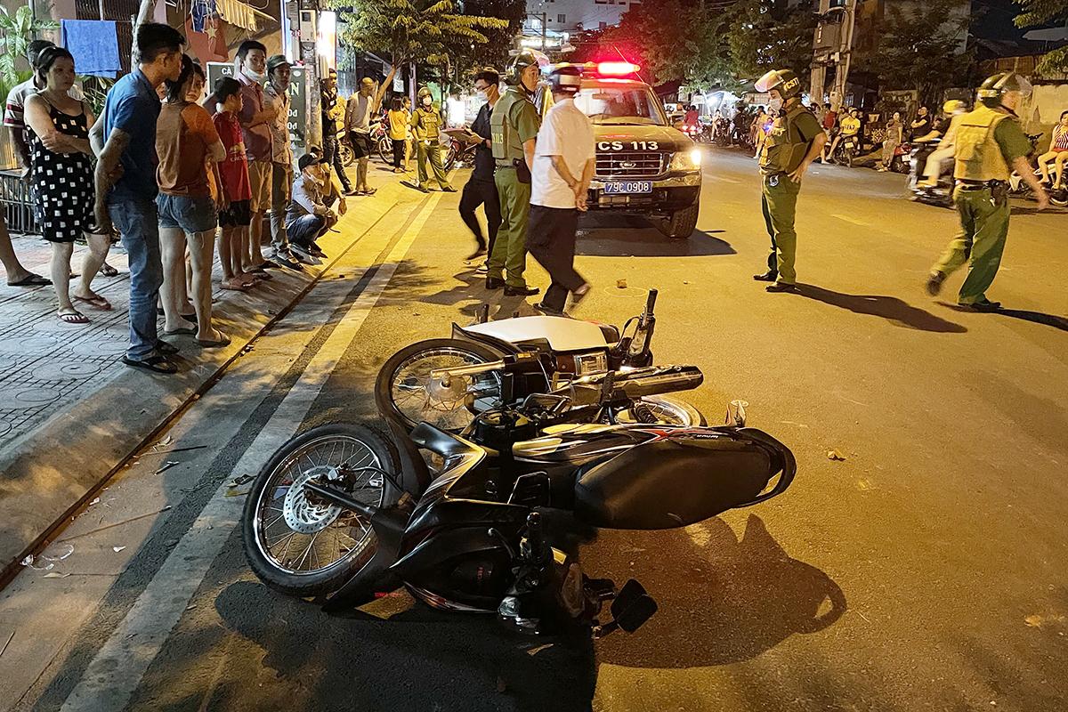 Hiện trường nổ súng trước quán cà phê ở TP Nha Trang, tối 3/5. Ảnh: Xuân Ngọc.