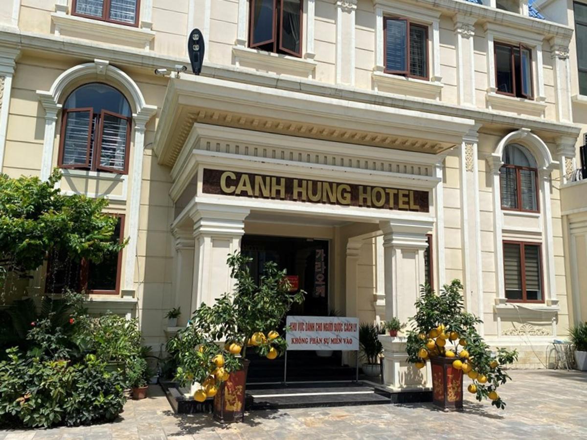 Khách sạn Cảnh Hưng, quận Hồng Bàng đã được cách ly, phun hóa chất khử khuẩn sau khi phát hiện chuyên gia người Ấn Độ dương tính với Covid-19. Ảnh: Hai Phong