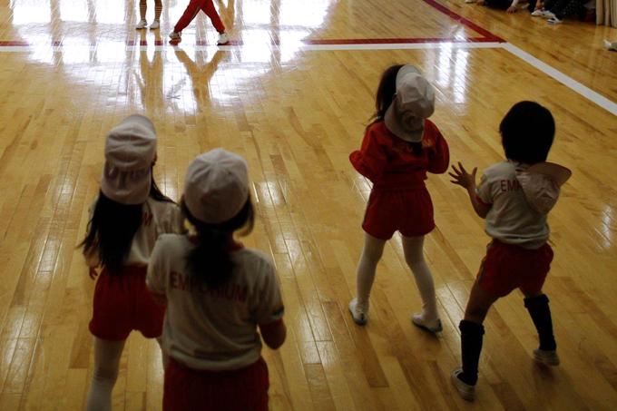 Học sinh một trường mầm non ở thành phố Koriyama, tỉnh Fukushima, Nhật Bản, trong giờ ra chơi. Ảnh: Reuters.