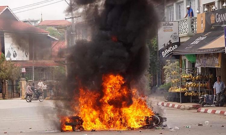 Một chiếc xe máy bị đốt trong cuộc biểu tình phản đối đảo chính ở bang Shan, Myanmar hôm 2/5. Ảnh: AFP.