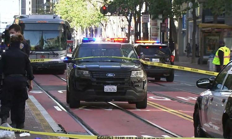 Cảnh sát làm việc tại hiện trường hai phụ nữ gốc Á bị tấn công bằng dao ở thành phố San Francisco, bang California, Mỹ hôm 4/5. Ảnh: ABC.