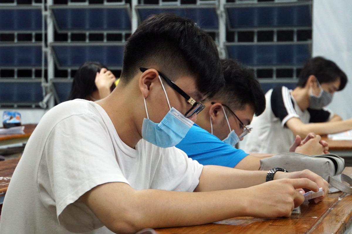 Học sinh lớp 12 trường THPT Nhân Văn (quận Tân Phú) tự học vào buổi tối hồi cuối tháng 4. Ảnh: Mạnh Tùng.