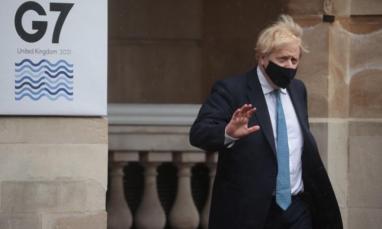 Thủ tướng Anh Boris Johnson rời khỏi hội nghị ngoại trưởng G7 ở London hôm 5/5. Ảnh: AFP.