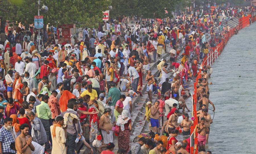 Hàng chục nghìn tín đồ Hindu giáo tập trung bên sông Hằng tại thành phố Haridwar, bang Uttarakhand, Ấn Độ, hôm 12/4. Ảnh:AP.