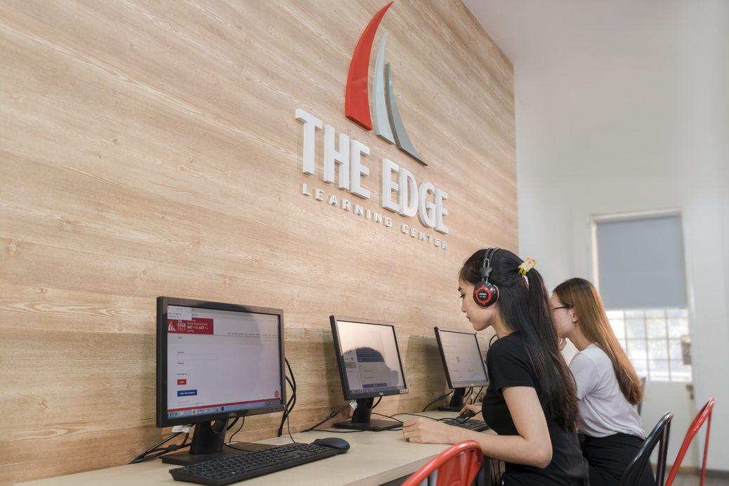 Khóa học SAT tại The Edge cung cấp hơn 50 đề thi thử chuẩn quốc tế và kho bài tập online đồ sộ với hơn 2000 câu hỏi