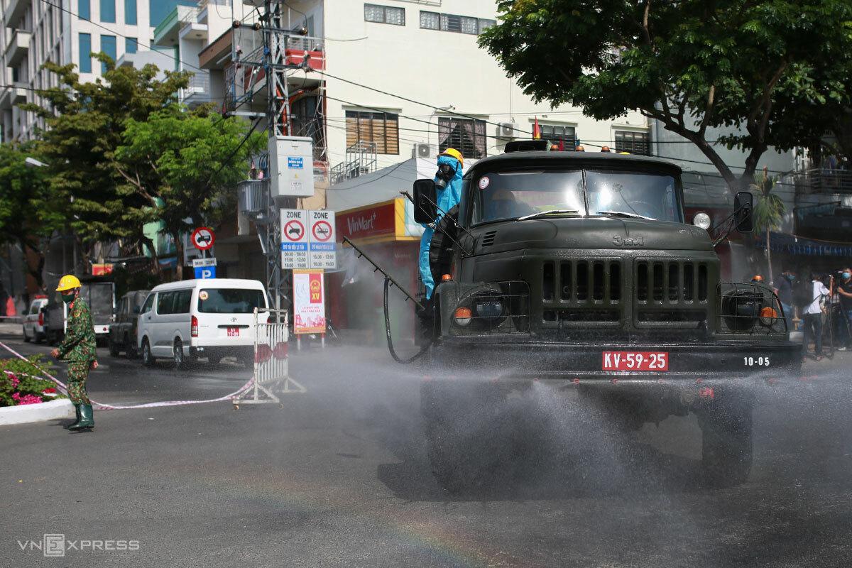 khu vực đường Đống Đa được phun khử khuẩn, sáng 6/5. Ảnh: Nguyễn Đông.
