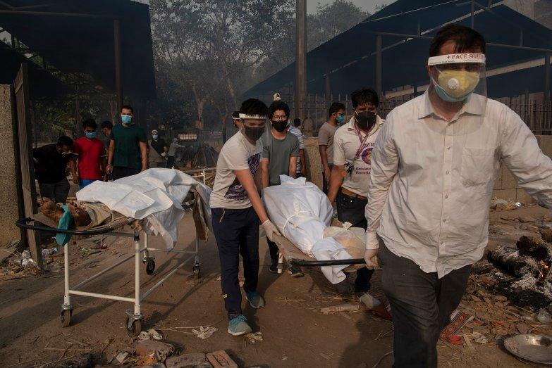 Bệnh nhân qua đời vì Covid-19 ở Ấn Độ được người thân làm lễ hỏa táng tại New Delhi vào ngày 27/4. Ảnh: TIME.