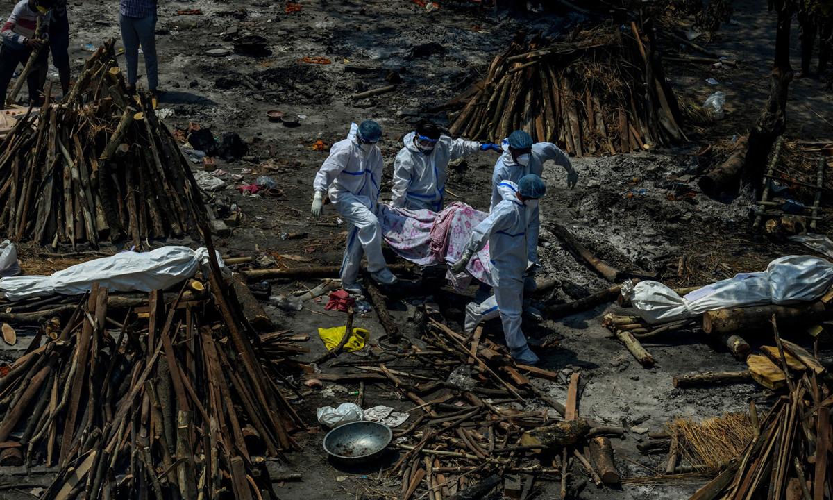 Một khu hỏa táng người chết vì Covid-19 ở New Delhi đầu tuần này. Ảnh: NYTimes.