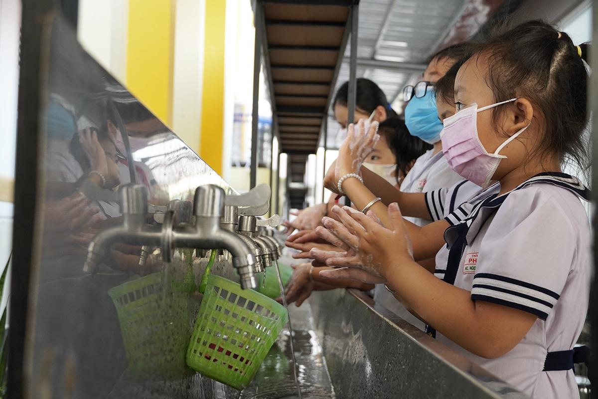 Học sinh tiểu học TP Bến Tre được hướng dẫn rửa tay phòng dịch bệnh hồi tháng 2 năm ngoái. Ảnh: Hoàng Nam