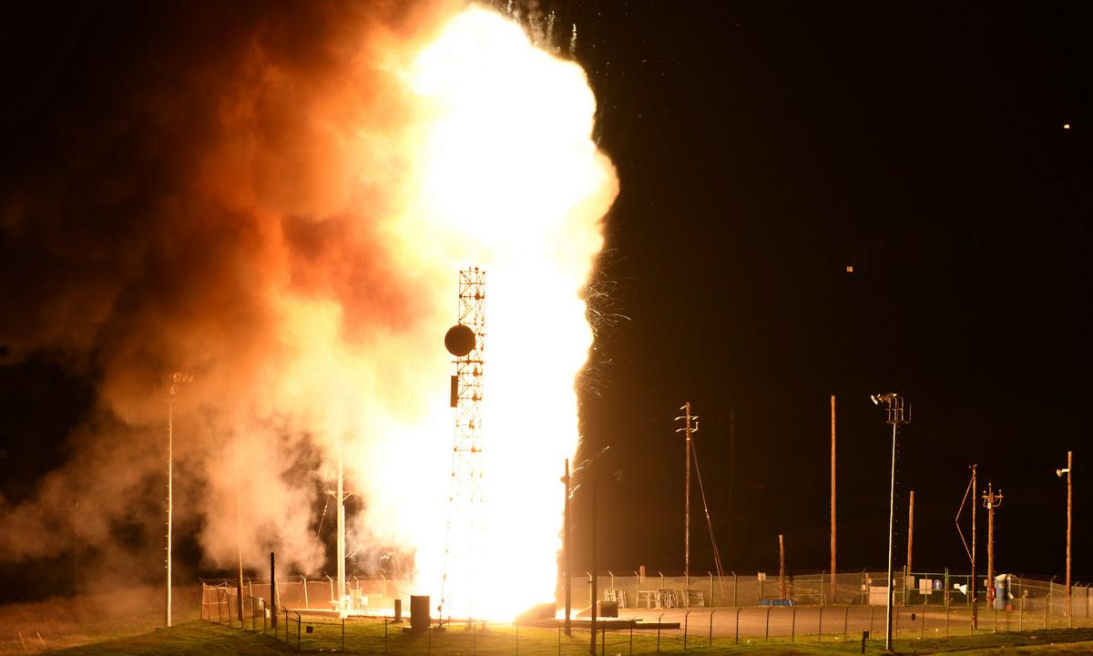 Tên lửa Minuteman III rời bệ phóng tại Vandenberg hôm 23/2. Ảnh: USAF.