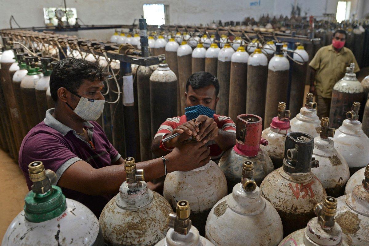 Một cơ sở cung cấp oxy y tế bên ngoài thành phố Chennai chuẩn bị đơn hàng cho bệnh viện vào ngày 24/4. Ảnh: AFP.