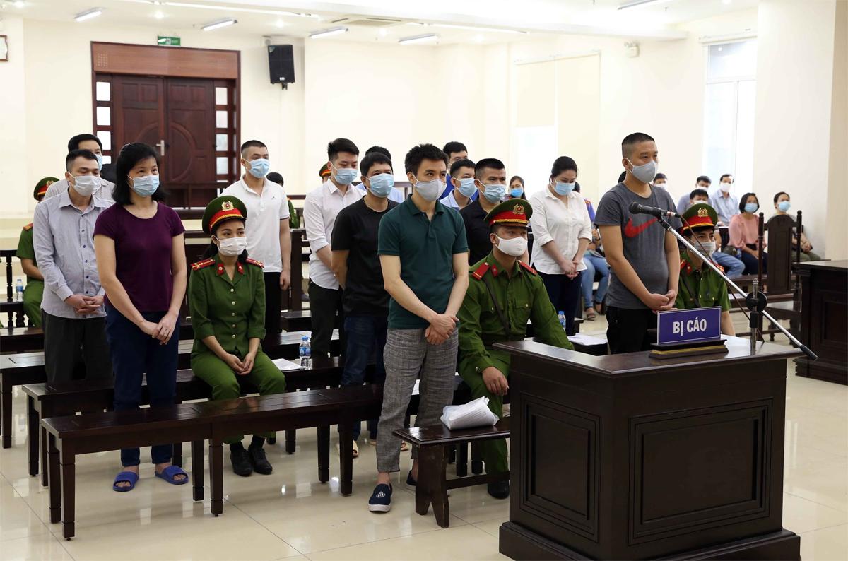 14 bị cáo hầu tòa, một người được đình chỉ điều tra do đã chết. Ảnh: TTXVN