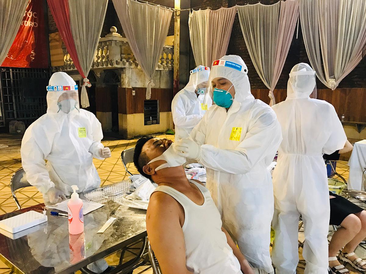 Trung tâm Kiểm soát bệnh tật tỉnh Bắc Ninh lấy mẫu xét nghiệm cho người dân thuộc diện F1, F2 ở Lương Tài và Thị xã Từ Sơn. Ảnh:Sở Y tế Bắc Ninh