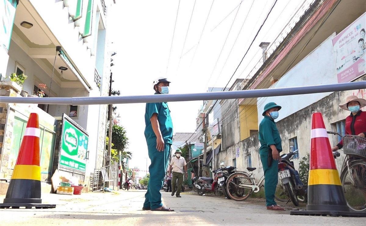 Lực lượng chức năng dựng barie phong tỏa thôn An Vĩnh, nơi có ca nghi nhiễm nCoV đầu tiên trong năm ở Quảng Ngãi. Ảnh: Phạm Linh.