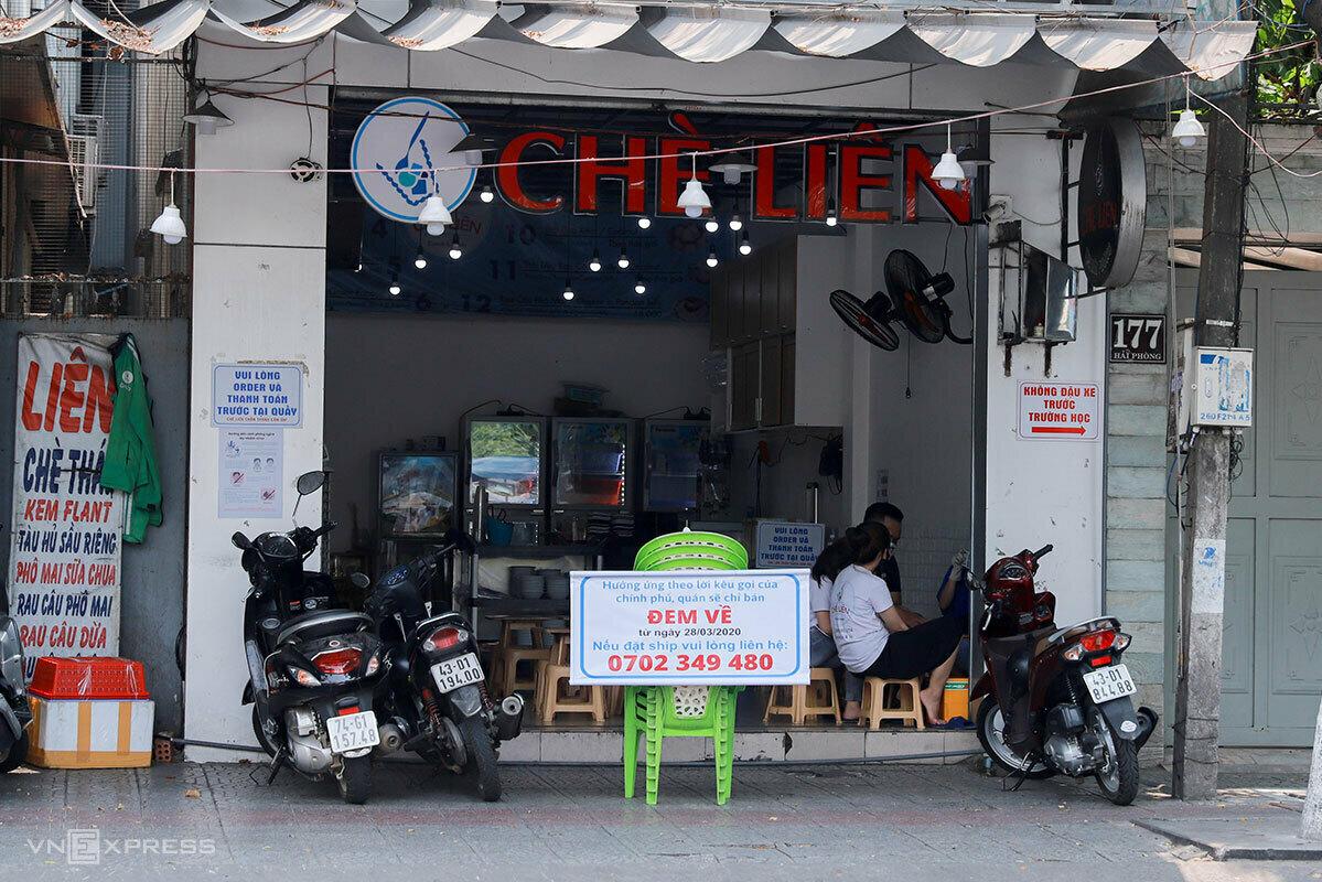 Một quán chè ở Đà Nẵng đặt biển bán mang về trong đợt dịch đầu tiên, tháng 3/2020. Ảnh: Nguyễn Đông.