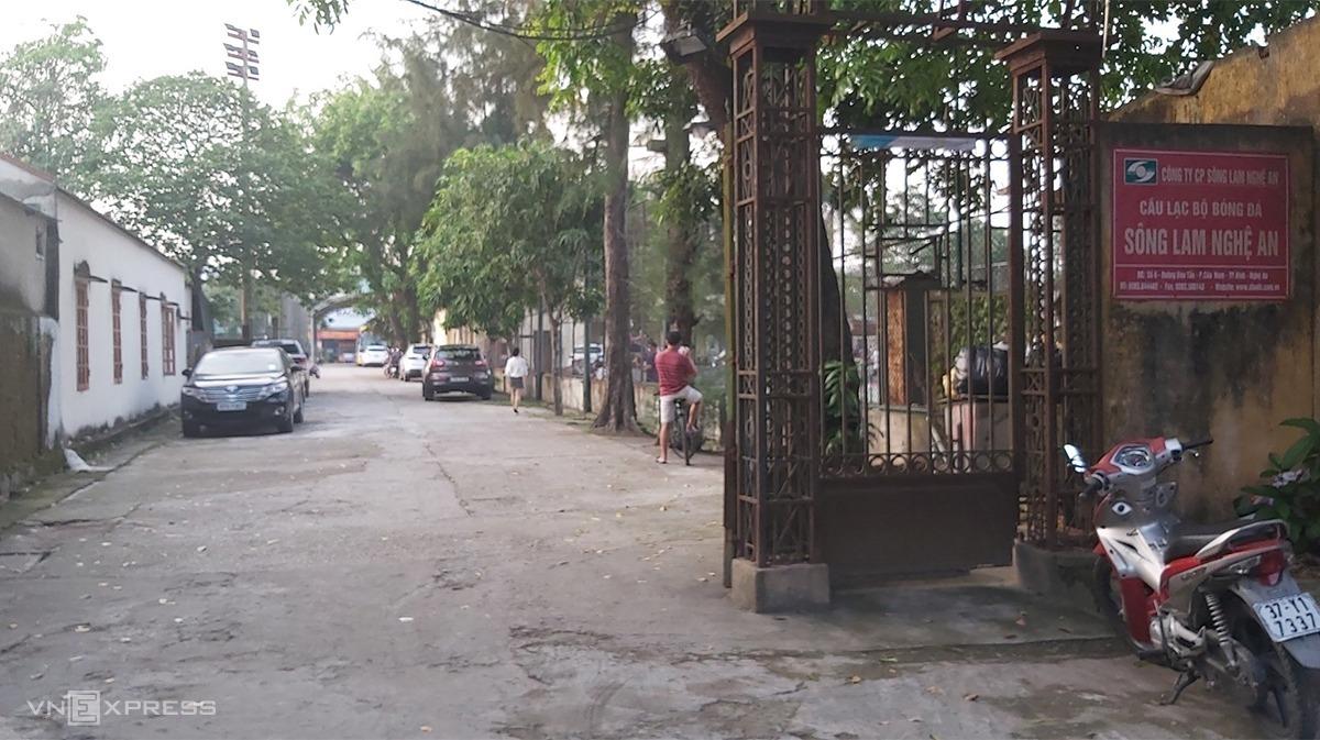 Cổng vào đội bóng Sông Lam Nghệ An chiều 6/5. Ảnh: Văn Hải