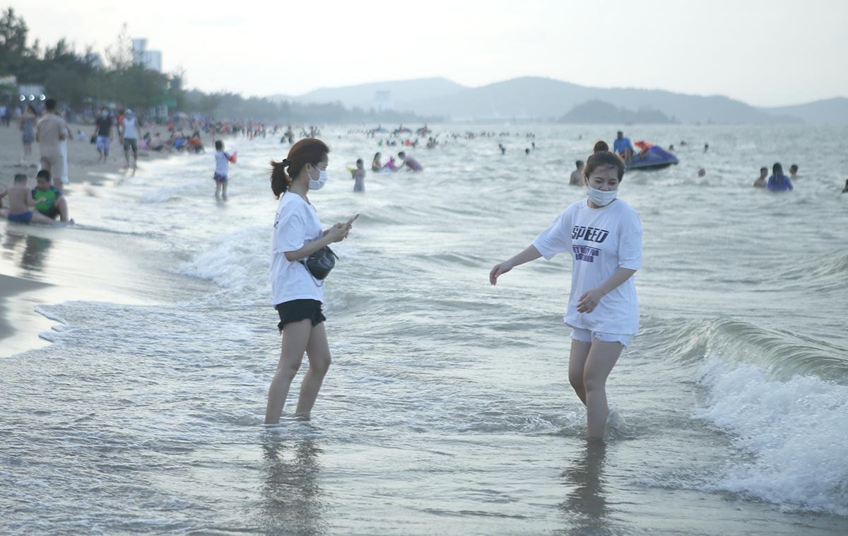 Một số khách du lịch đeo khẩu trang khi có mặt tại biển Cửa Lò dịp nghỉ lễ 30/4 vừa qua. Ảnh: Nguyễn Hải