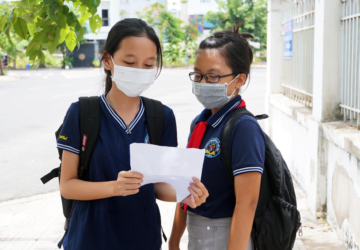 Học sinh lớp 6, trường THCS Cát Lái, TP Thủ Đức trao đổi đề thi sau giờ kiểm tra học kỳ II trưa 6/5. Ảnh: Mạnh Tùng.