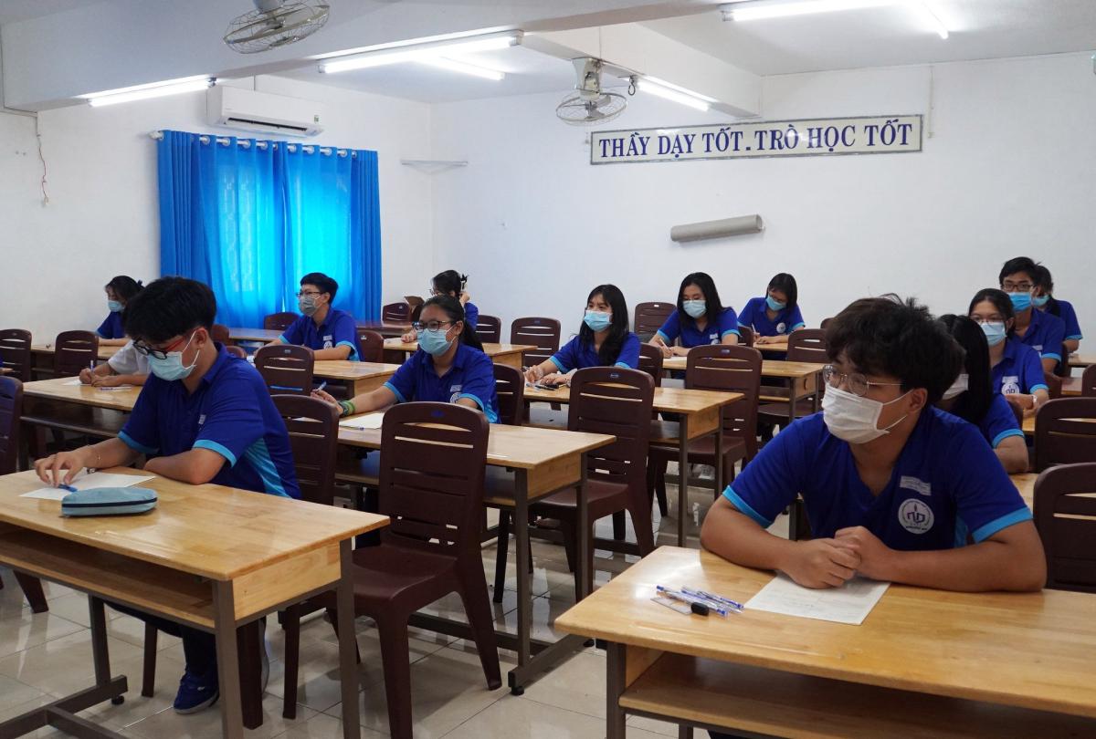 Học sinh lớp 10 trường THPT Nguyễn Du trước giờ kiểm tra Lịch sử, chiều 6/5. Ảnh: Mạnh Tùng.