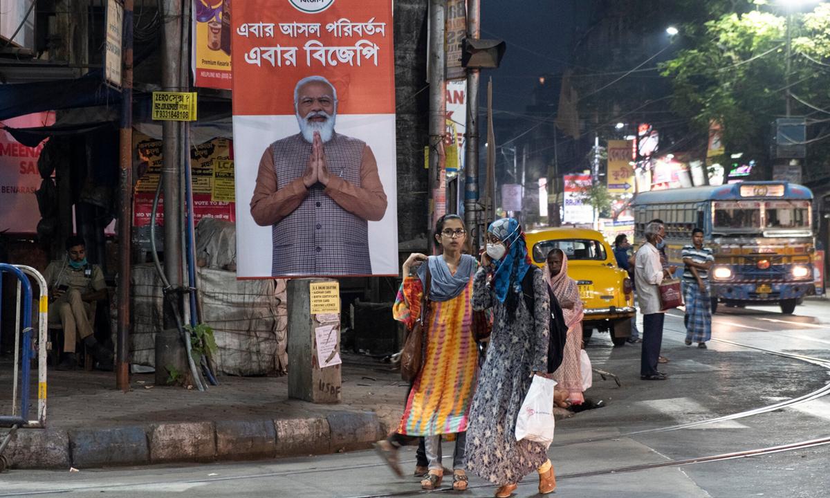 Hình ảnh của Thủ tướng Narendra Modi được treo trên đường phố ở bang Kolkata trước cuộc bầu cử cấp bang. Ảnh: NYTimes.