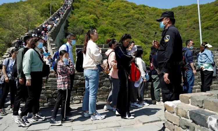 Người dân Trung Quốc xếp hàng thăm Vạn Lý Trường Thành dịp nghỉ lễ Quốc tế Lao động vừa qua. Ảnh: Reuters.