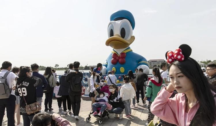 Người dân tham quan công viên Disneyland Thượng Hải. Ảnh: Bloomberg.