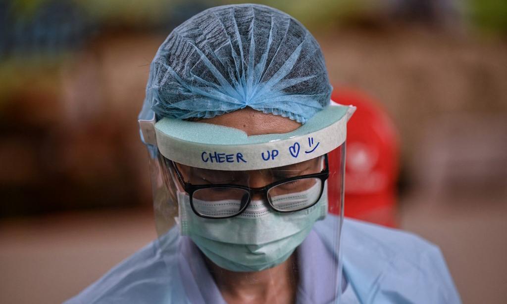 Một nhân viên y tế chuẩn bị tiêm vaccine Covid-19 cho người dân tại một điểm tiêm chủng ở Bangkok, Thái Lan, hôm 4/5. Ảnh: AFP.