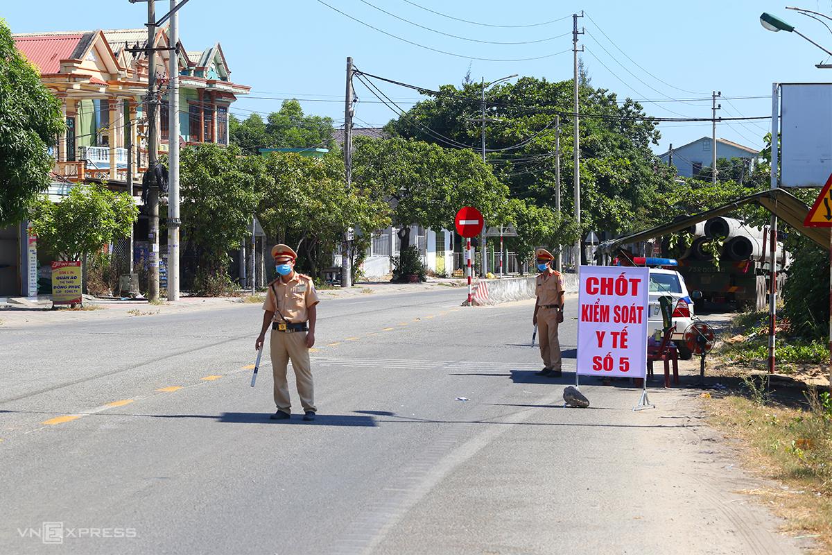 Các chốt kiểm soát y tế được tăng cường trên Quốc lộ 1A. Ảnh: Võ Thạnh