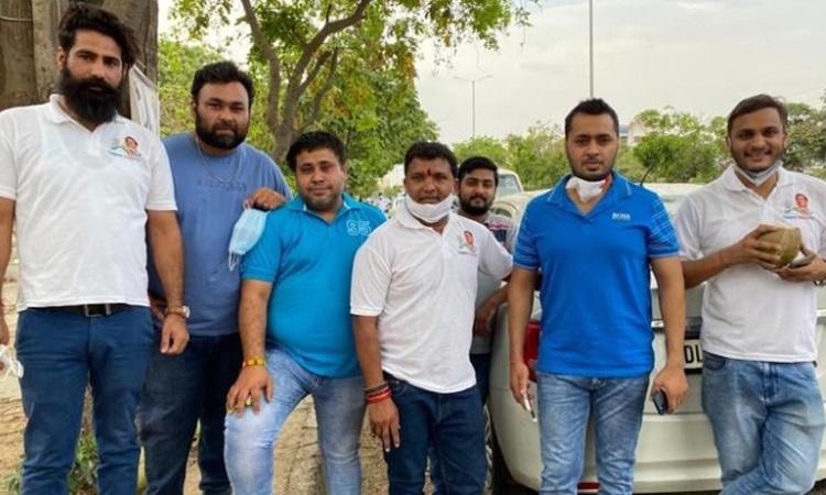 Srinivas B.V. (áo trắng, giữa) và các thành viên trong nhóm tình nguyện của mình. Ảnh: CNN.