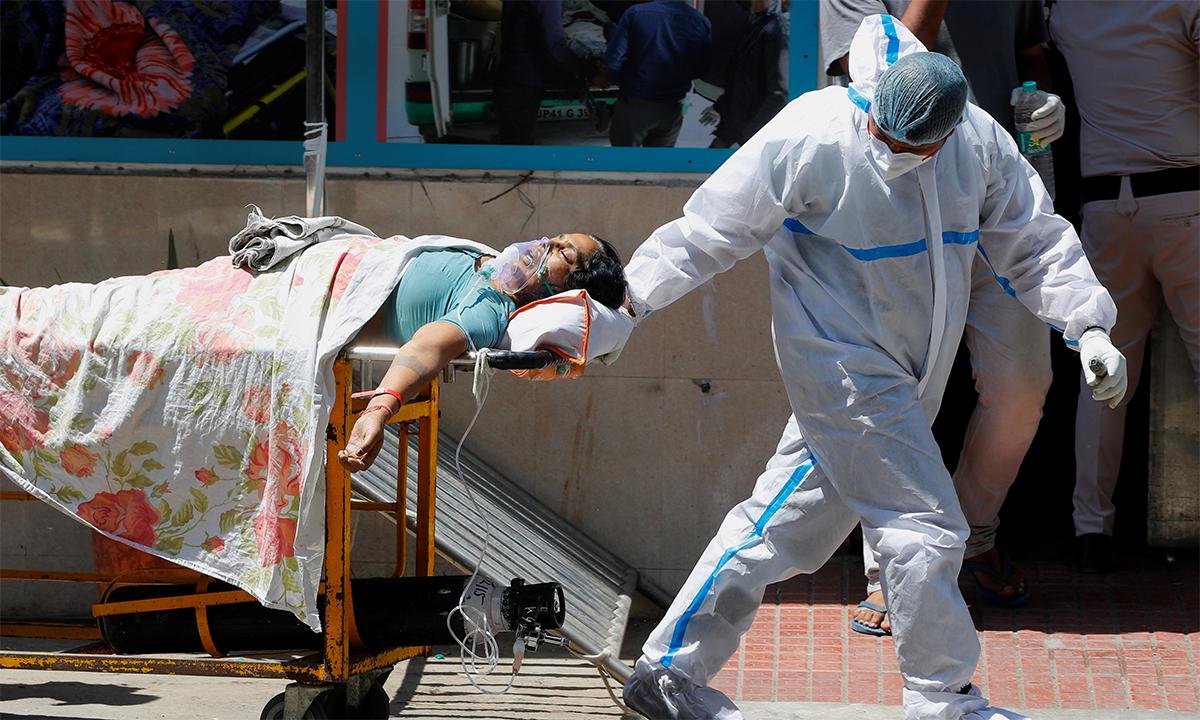 Nhân viên y tế Ấn Độ kéo cáng chở bệnh nhân Covid-19 ở một bệnh viện tại New Delhi ngày 24/4. Ảnh: Reuters.