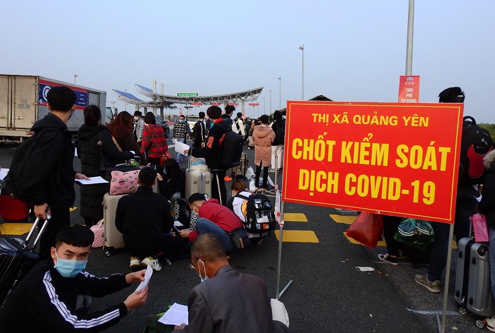 Người dân xếp hàng chờ khai báo y tế tại chốt kiểm soát cầu Bạch Đằng trước khi bào tỉnh Quảng Ninh hồi đầu tháng 3. Ảnh: Minh Cương