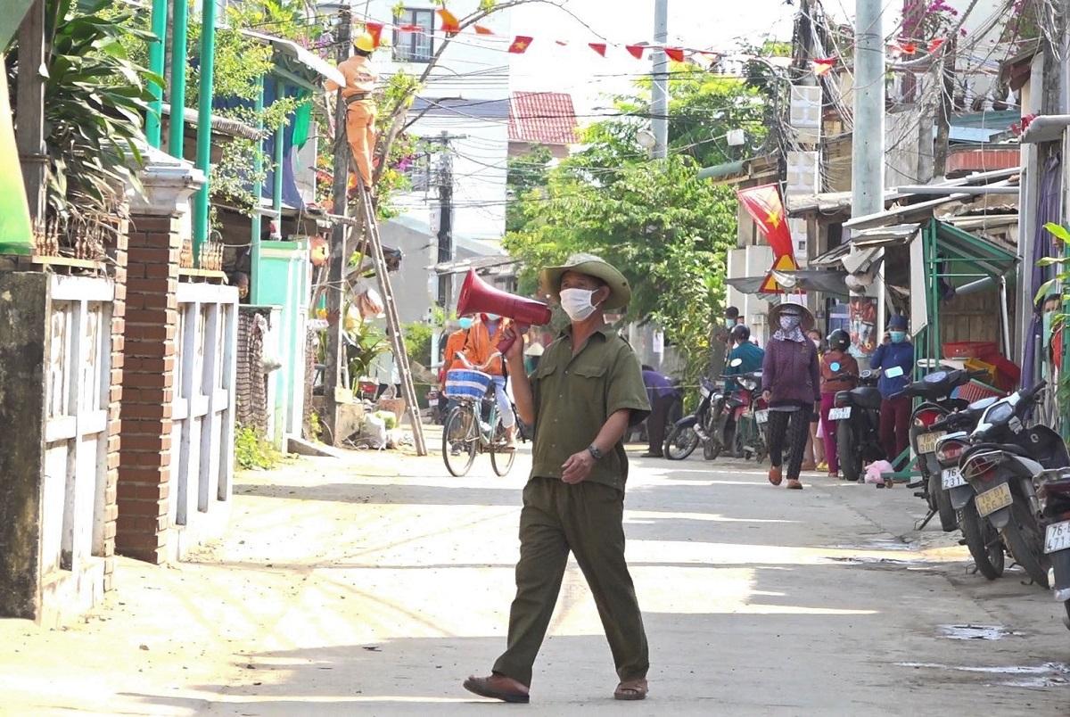 Cơ quan chức năng dùng loa tuyên truyền người dân ở gần nhà bệnh nhân 3067 thực hiện biện pháp phòng dịch. Ảnh: Phạm Linh.