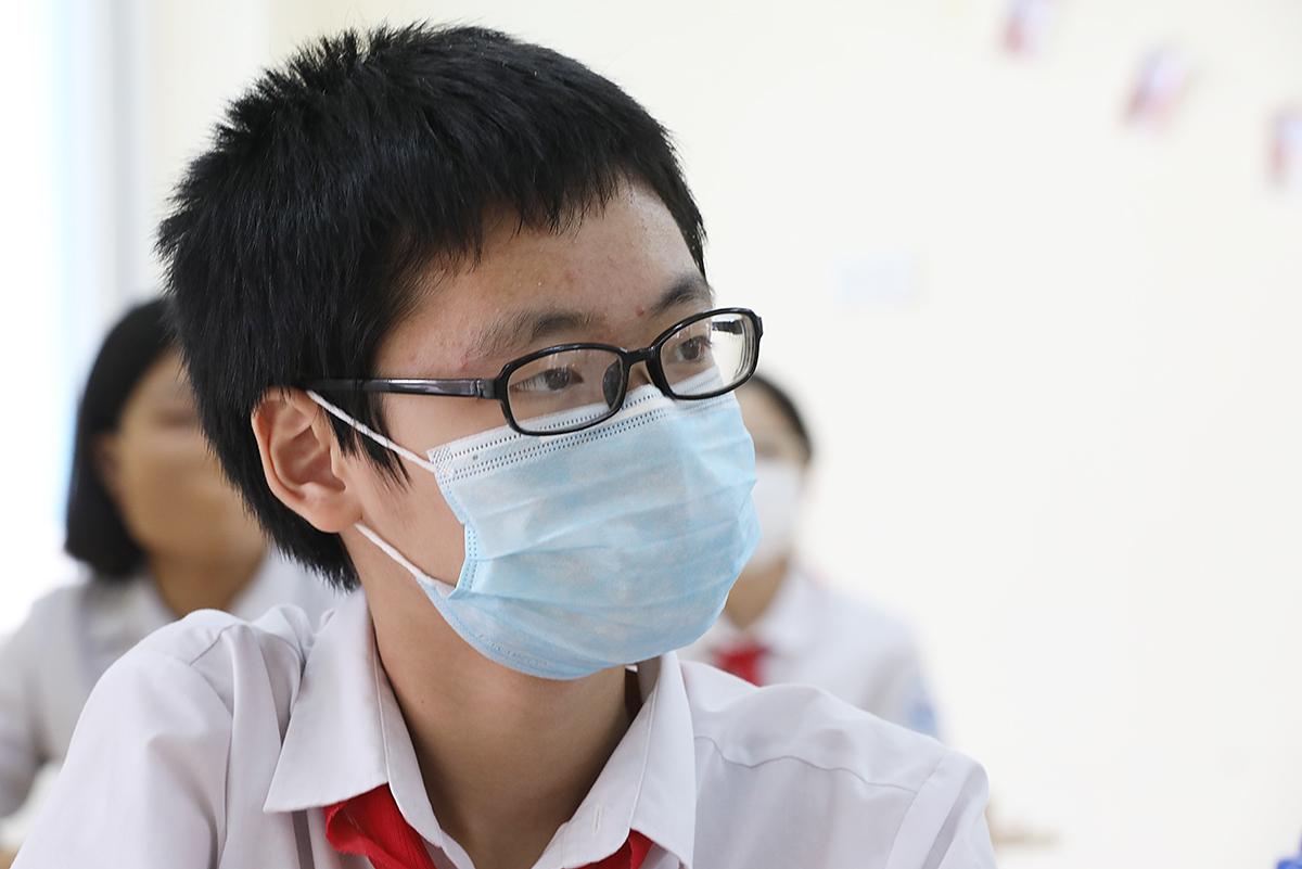 Học sinh trường THCS Nguyễn Du (Nam Từ Liêm , Hà Nội) đeo khẩu trang trong ngày trở lại trường đầu tiên sau nhiều tháng nghỉ học, tháng 5/2020. Ảnh: Ngọc Thành.