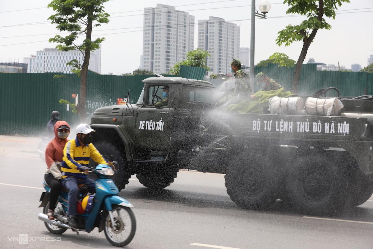 Bộ tư lệnh Thủ đô phun tiêu độc khử trùng trên đường Chu Văn An, bên ngoài Bệnh viện K cơ sở Tân Triều. Ảnh: Ngọc Thành