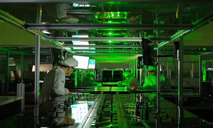 Những xung cường độ cao được tạo ra từ hệ thống laser petawatt. Ảnh: Nam Chang-hee.