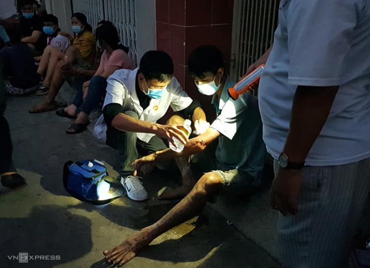 Nhân viên y tế chăm sóc người bị bỏng. Ảnh: Đình Văn