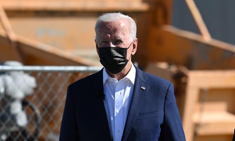 Tổng thống Mỹ Joe Biden thăm nhà máy xử lý nước Carrollton ở thành phố New Orleans, bang Louisiana, hôm 6/5. Ảnh: AFP.