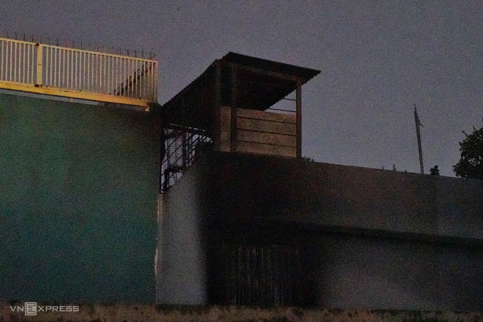 Nóc căn nhà bị cháy đen. Ảnh: Hữu Khoa