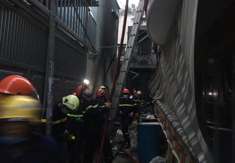 Cảnh sát tiếp cận căn nhà bị cháy trong hẻm nhỏ. Ảnh: Đình Văn
