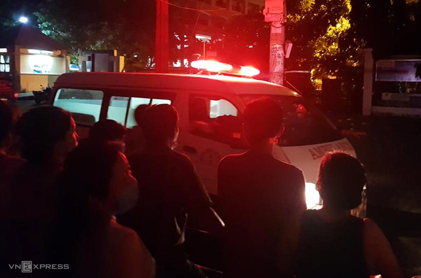Thi thể các nạn nhân được đưa đi khỏi hiện trường. Ảnh: Đình Văn